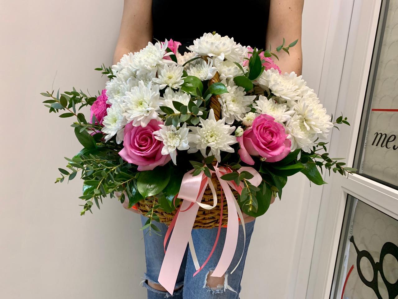 Розы и хризантемы в корзине