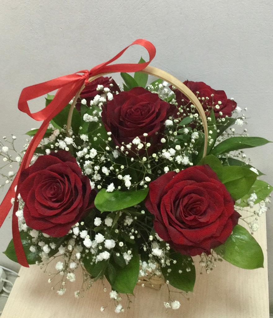 5 роз в корзинке