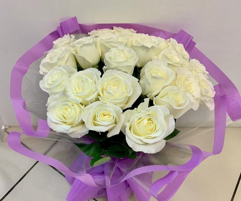 Букет из 23 белых роз в полупрозрачной упаковке