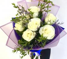 7 высоких белых роз с зеленью в упаковке